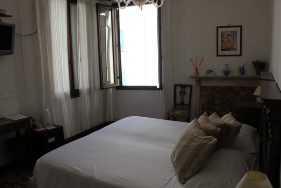 Al Teatro Bed & Breakfast : Our room is pretty spacious