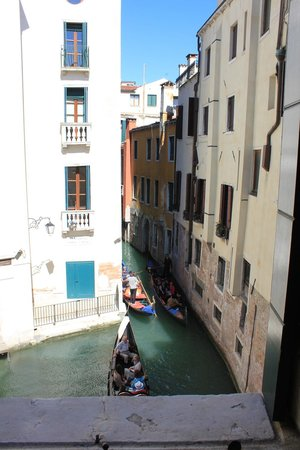 Al Teatro Bed & Breakfast: Views of 2 canals and passing gondolas from our room