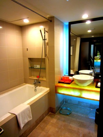 NagaWorld Hotel & Entertainment Complex: The shower room