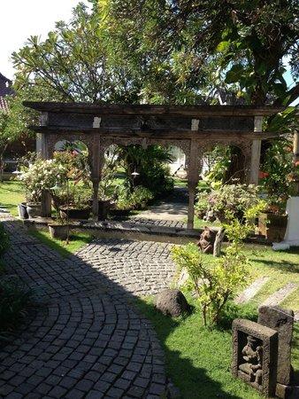 Hotel Puri Tempo Doeloe: beautiful gardens