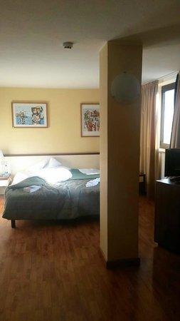 Cristal Palace Hotel: camera con colonna e copriletto