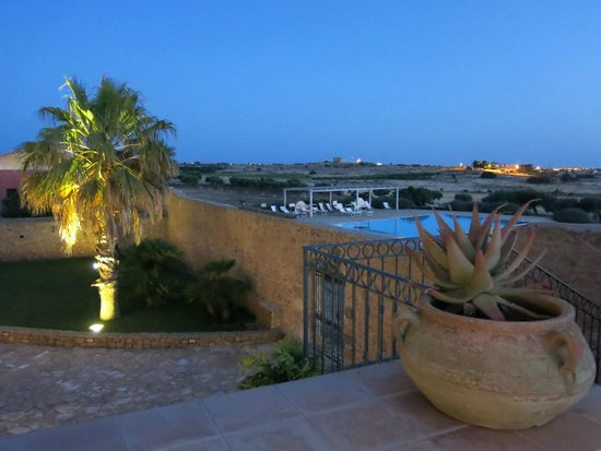 Baglio Donna Franca: La piscina vista dalla terrazza del baglio