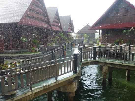 Hotel Pantai Gapura Makassar: helaas regent het hier soms ook.