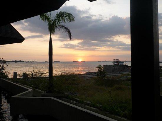 Hotel Pantai Gapura Makassar: De ondergaande zon vanaf het zitje.