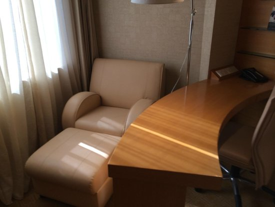 M Hotel Singapore: Nice little seat by the window