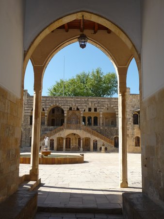Libanon: Entrance to courtyard