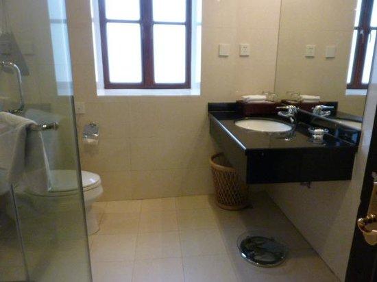 Astor House Hotel: Bathroom