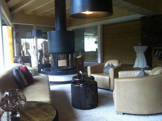 alpina zillertal - family . lifestyle . kinderhotel: Eingangsbereich mit Kamin