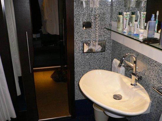 Best Western Plus Hotel Universo : чистая современная ванная комната