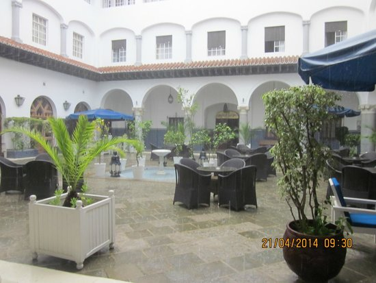 El Minzah Hotel : Court yard - in the rain