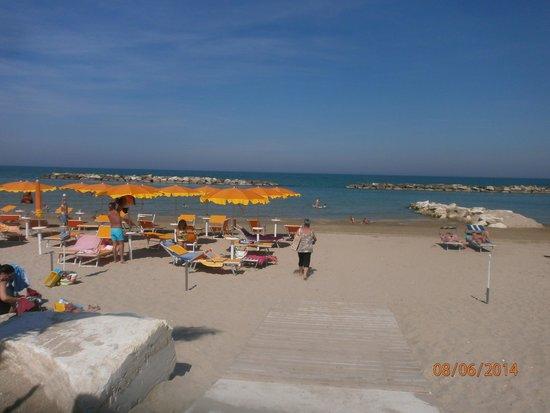 Camping Villaggio Calypso: Gli ombrelloni e la spiaggia