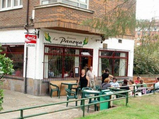Terraza y la fachada del bar fotograf a de la panoya for Terrazas oviedo