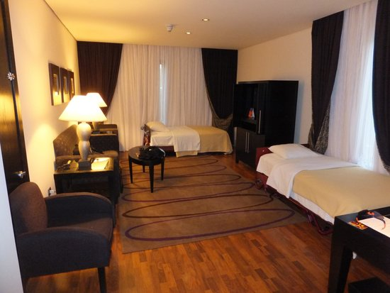 Sheraton Tirana Hotel: Sitting Room with extra beds