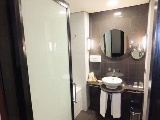 Sheraton Tirana Hotel: Ensuite Bathroom