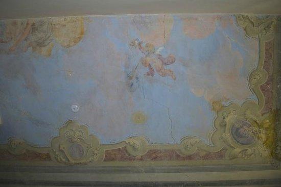"""Hotel Byron: Techos decorados con """"frescos"""" y con grietas y manchas intencionales."""