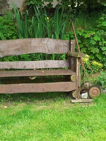 Hafod Grange Bed & Breakfast: Sit and rest or cut the grass, it is up to you.