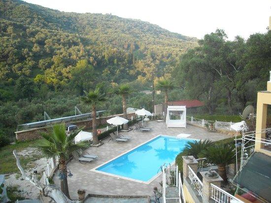 Golden Sun Apartments: la piscina vista dal balcone dell'appartamento