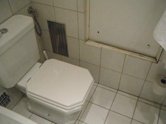 Danubius Hotel Gellert : Frame of broken mirror, collecting dust and more... (215)