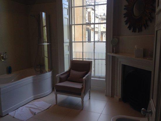 The Halcyon Hotel Apartments: Bathroom