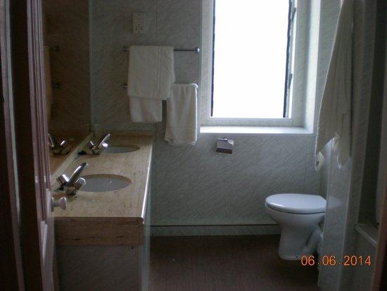 Bristol Hotel: Very spacious bathroom