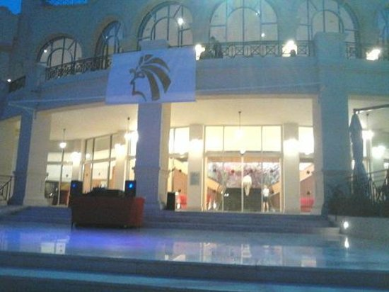 Cleopatra Luxury Resort Sharm El Sheikh: View from entertainment area towards hotel