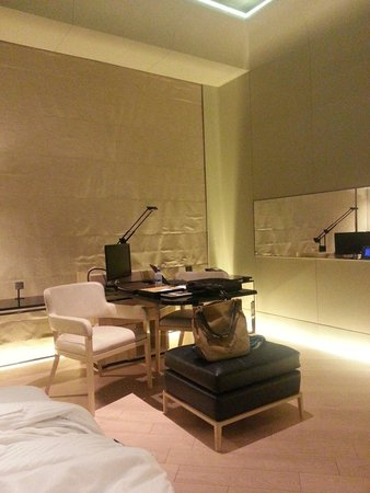 Keraton at The Plaza, a Luxury Collection Hotel: Writing area