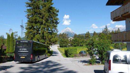 My Mountain Lodge: Weg naar hotel, buiten het centrum