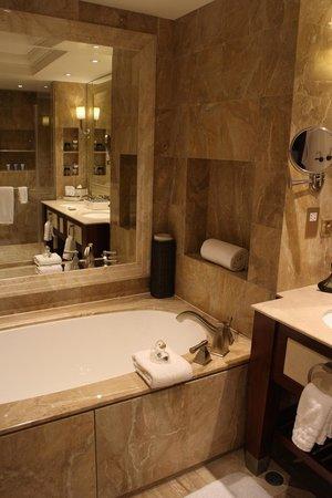 Conrad Macao Cotai Central: 넓고 깔끔한 욕실