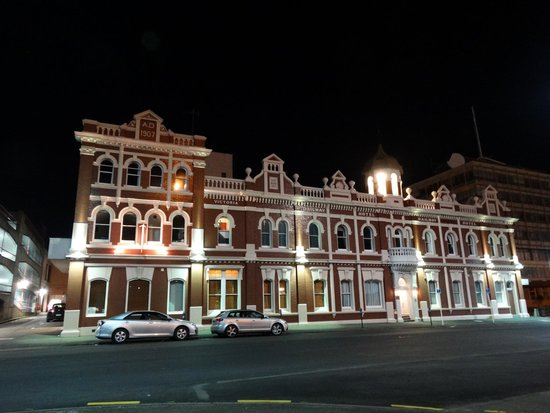 Victoria Railway Hotel : The hotel at night