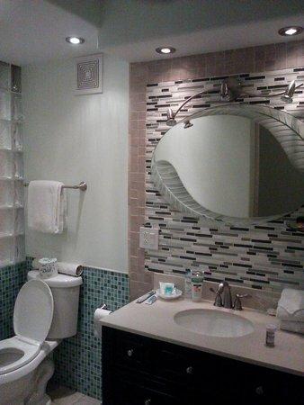 Paki Maui Resort : Nicely decorated bathroom