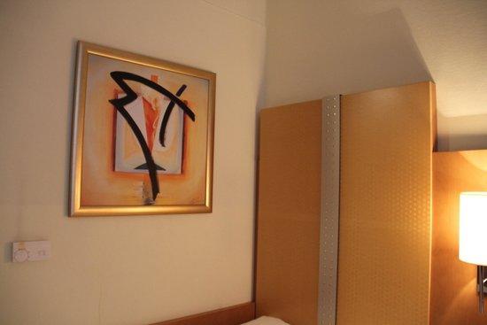 H+ Hotel Berlin Mitte : The room. Nice surrealistic drawings