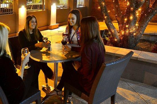 Mackellar Motel: Drinks at the Mackellar