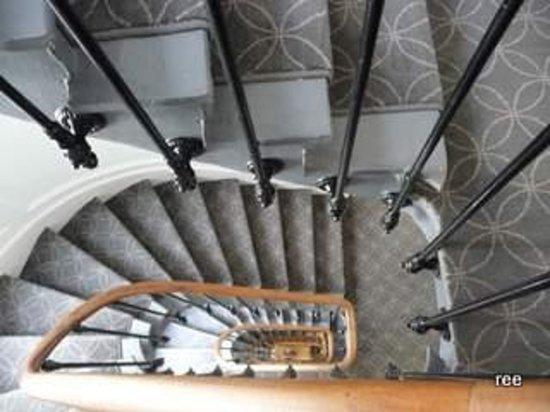 Royal Magda Etoile Hotel: 螺旋階段。カーペットは落ち着いた色です。