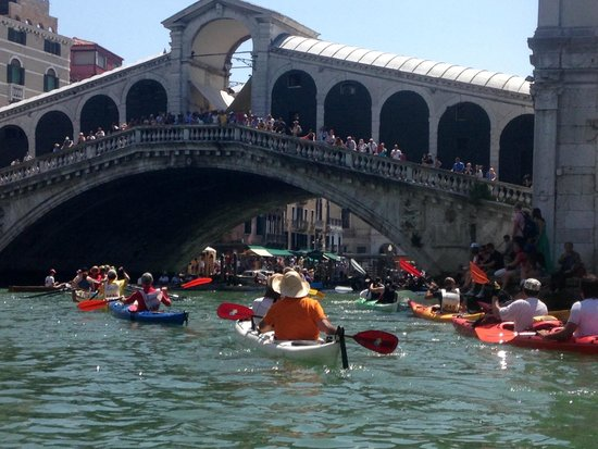 Venice Certosa Hotel : Passing under the Rialto