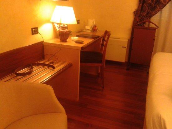 Best Western Plus Hotel Genova : bedroom desk