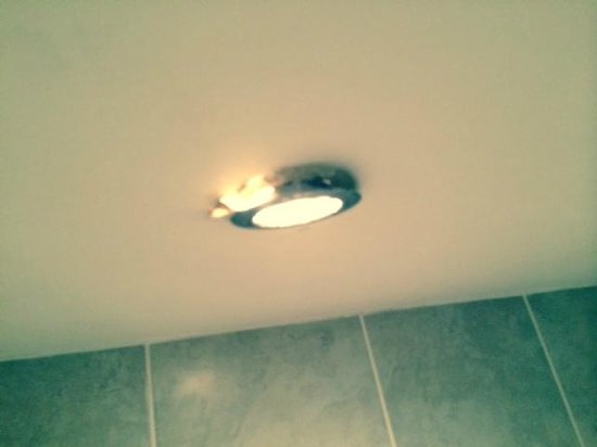 Aonach Mor Guest House: Broken light fitting in bathroom.