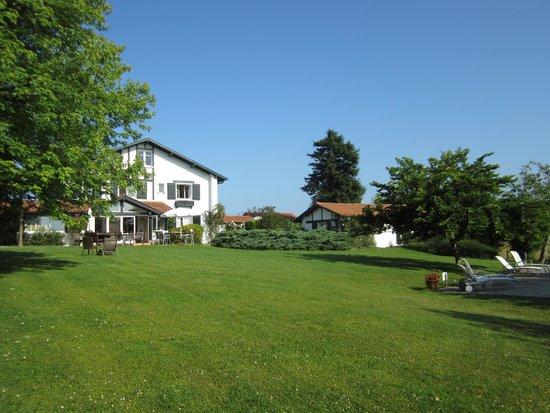 Hotel Laminak: Vue depuis le fond du parc