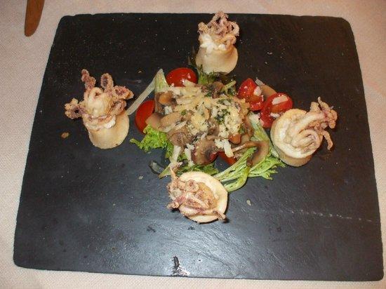 Alla Grotta: Piatto semplicemente delizioso calamaretti fritti in cestino di formaggio gorgonzola