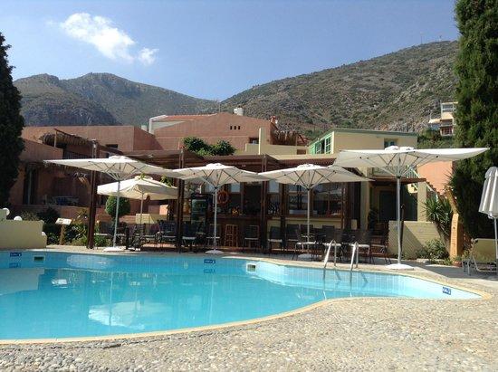Κoutouloufari Village Holiday Club : Pool Bar and higher apartments