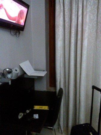 Hotel Bolzano: TV e mesa de apoio