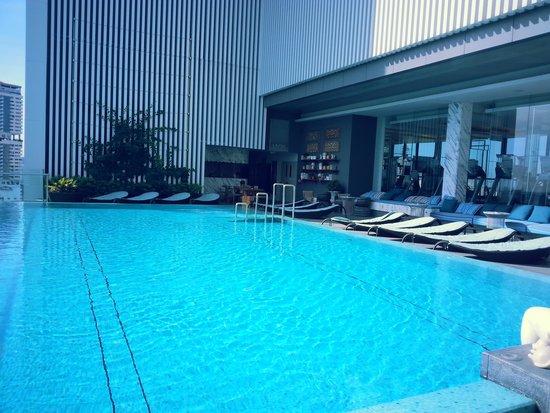 Hilton Sukhumvit Bangkok: by the pool