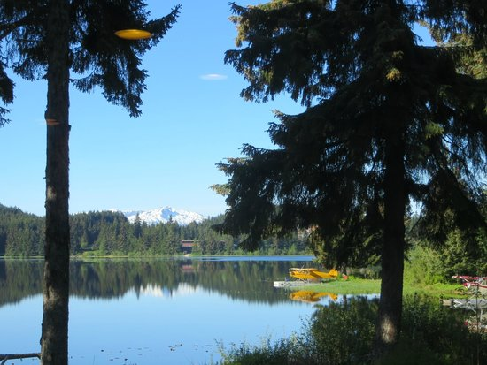 Auke Lake Bed & Breakfast: Peaceful, there is a dock and kayaks you can use, also a hot tub.