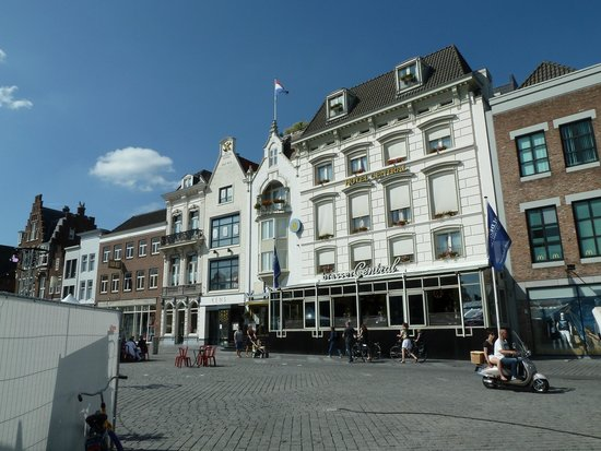 Golden Tulip Hotel Central: The hotel from the Markt