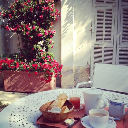 Hôtel Edward's : Breakfast in the courtyard
