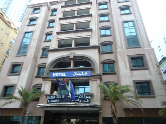 Golden Tulip Al Barsha: Фасад здания, по-моему очень добротный