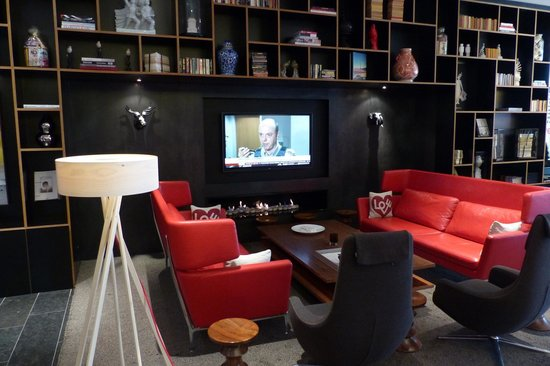 citizenM London Bankside: TV and fireplace area at citizenM
