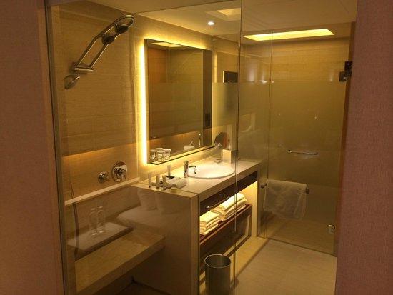 Pan Pacific Singapore : Bad vom Wohnzimmer aus , Blick durch eine Glasscheibe doe mit elektrischer Jalousie abzutrennen