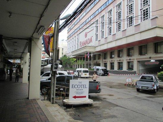 The Ecotel Bangkok : Hotel didepan The Ecotel
