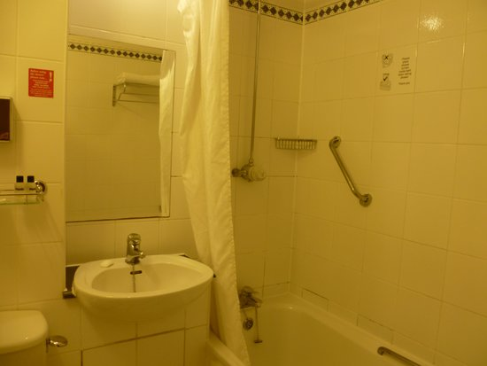 Thistle London Heathrow Hotel: Bathroom
