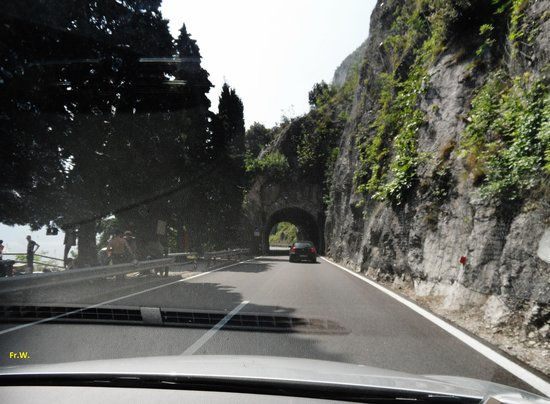 Tremosine, Italien: Je passeert de nodige tunnels .